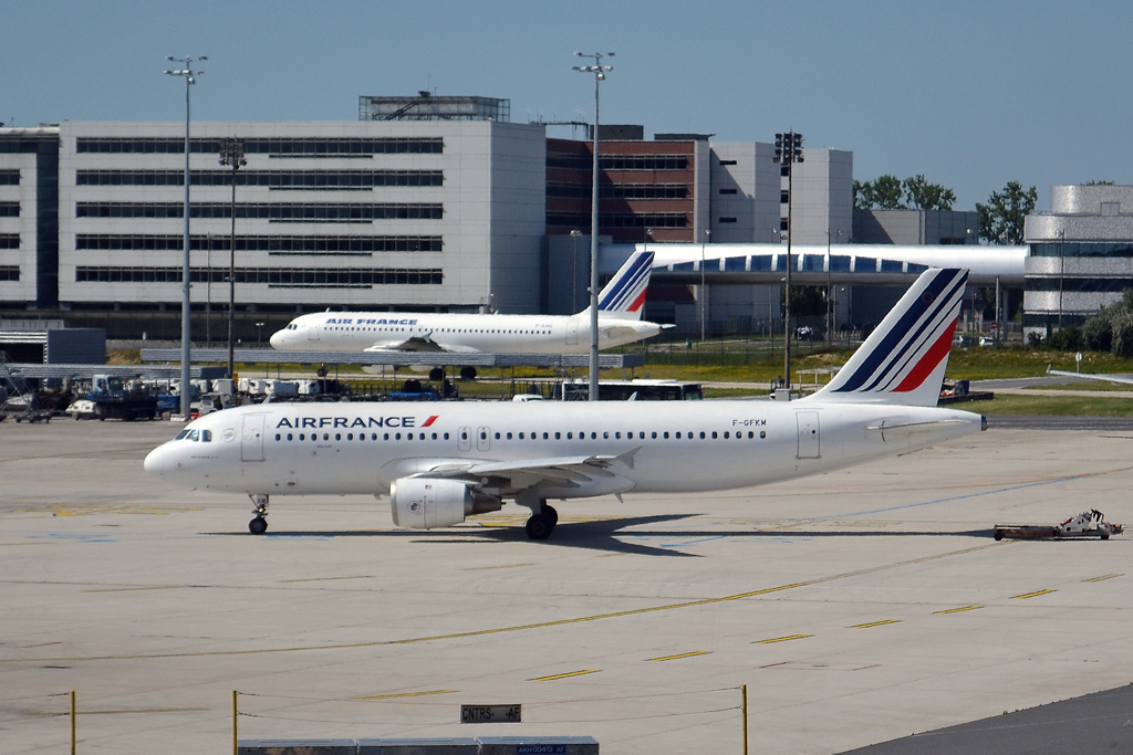 A320-211 Air France F-GFKM Paris_Charles_de_Gaulle (Roissy) (CDG/LFPG) June_25_2011