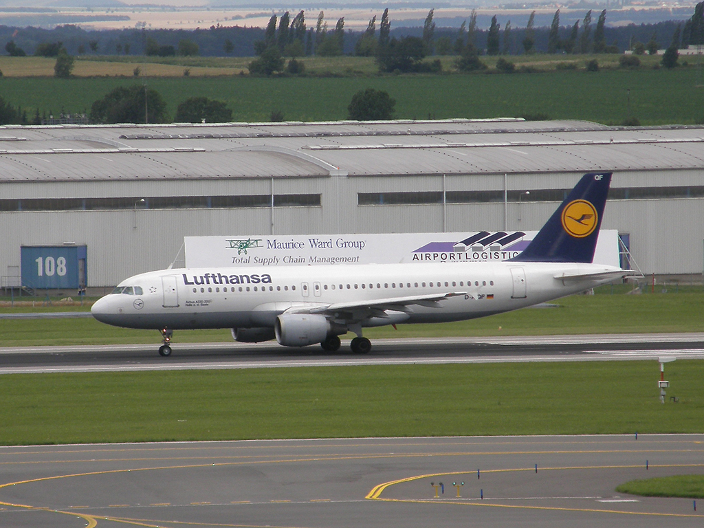 A320-211 Lufthansa D-AIQF Prague_Ruzyne July_25_2009