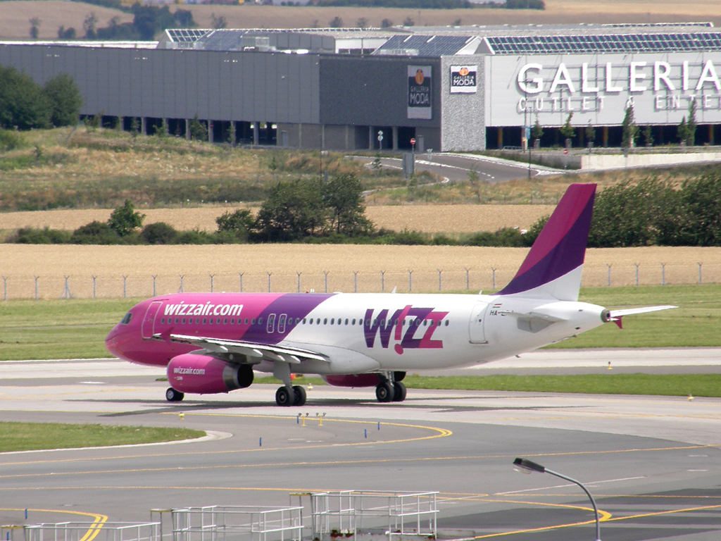 A320-232 Wizz Air HA-LPJ Prague_Ruzyne July_25_2009