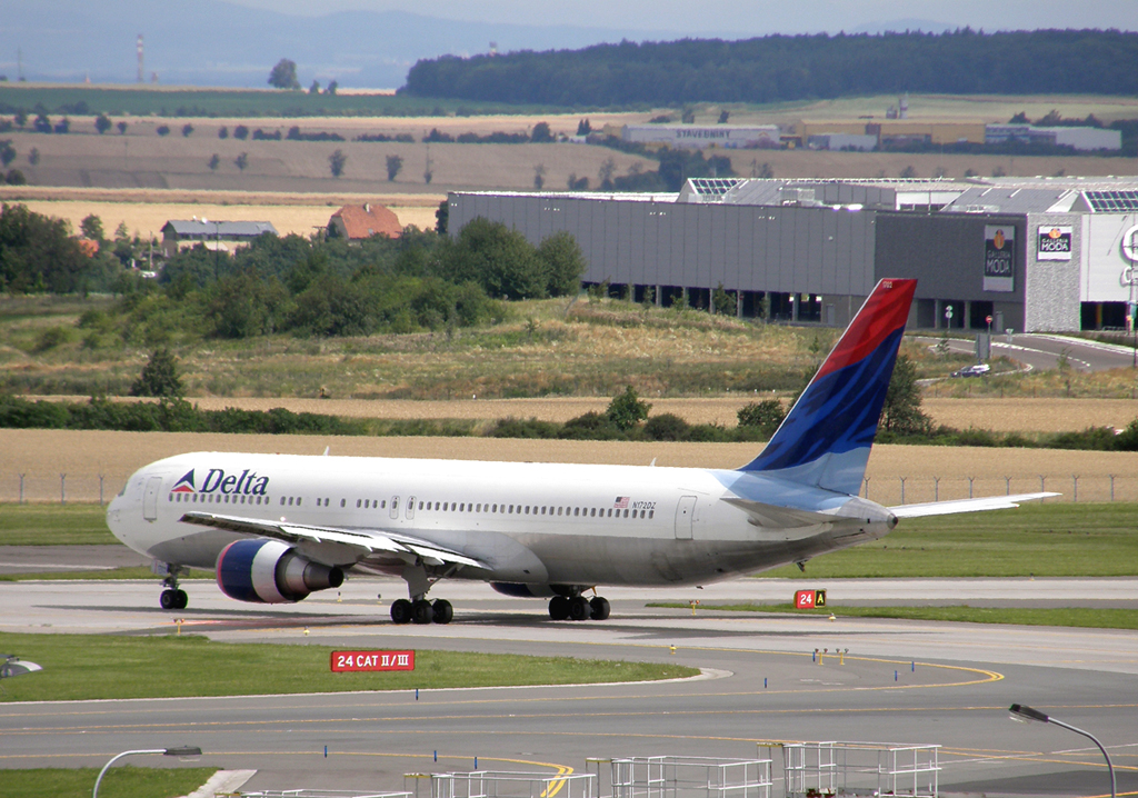 B767-332/ER Delta Air Lines N172DZ Prague_Ruzyne July_25_2009