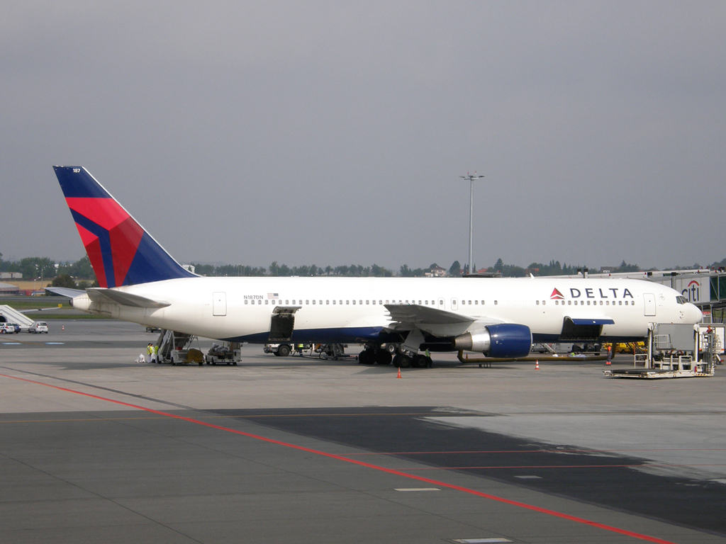 B767-332/ER Delta Air Lines N187DN Prague_Ruzyne August_18_2009