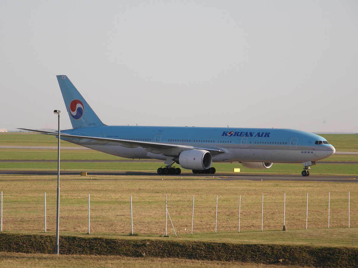 B777-2B5/ER Korean Air HL7721 Prague_Ruzyne August_20_2009