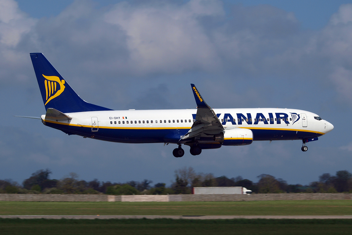 B737-8AS Ryanair EI-DHY Dublin_Collinstown April_14_2009