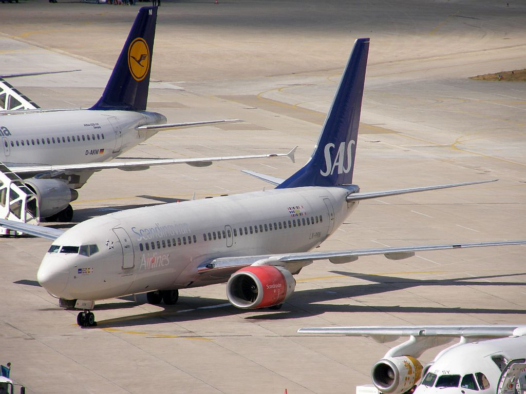B737-783 Scandinavian Airlines - SAS LN-RRN Split_Resnik August_7_2010